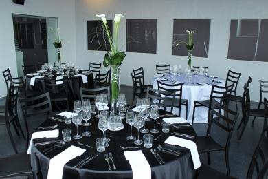 Kulaté stoly v Art & Event Gallery Černá Labuť | Prague-catering.cz
